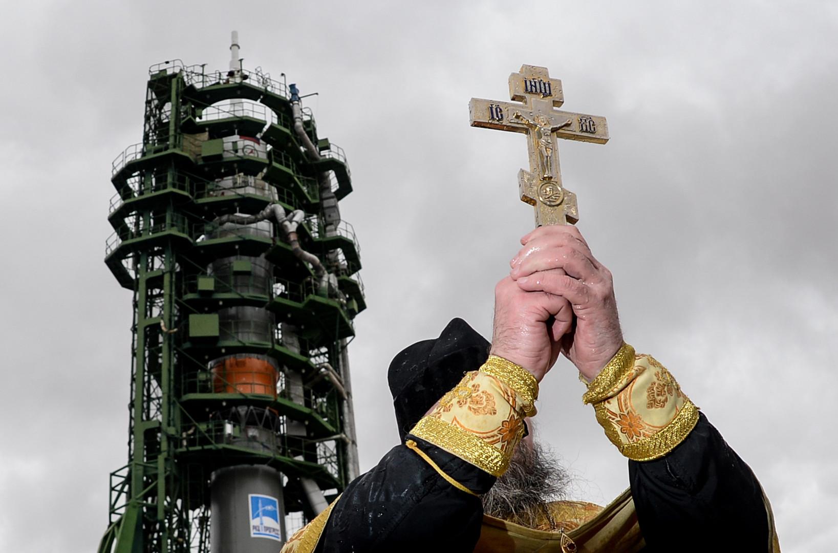 """Ein Pfarrer segnet eine """"Sojus-FG""""-Trägerrakete mit dem bemannten Raumschiff """"Sojus MS-02"""" auf dem Weltraumbahnhof Baikonur."""