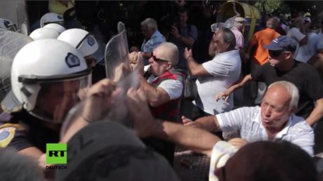 Während der Proteste versuchten die aufgebrachten Rentner, einen Polizeibus umzustürzen und die Residenz des Premierministers zu stürmen.