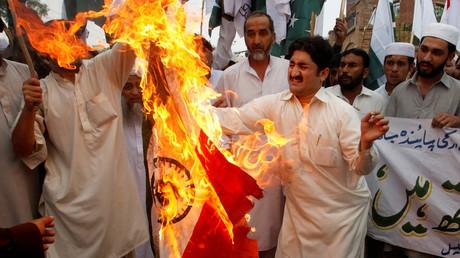 Demonstranten verbrennen eine indische Fahne bei Zusammenstößen an der Grenze bei Peshawar; Pakistan, September 2016.