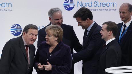 Gerhard Schröder im Gespräch mit Angela Merkel bei der Eröffnung der Nord Stream Pipeline