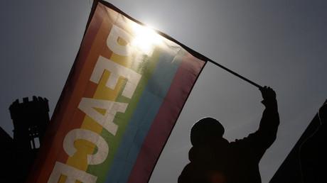Demonstrant mit Friedensflagge