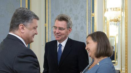 Ukrainischer Präsident Petro Poroshenko, US-Botschafter in der Ukraine  Geoffrey R. Pyatt und stellvertretende US-Außenministerin für Europa und Eurasien Victoria Nuland
