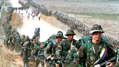 FARC-Rebellen marschieren auf einer Straße nach San Vicente de Caguan, Kolumbien.