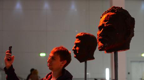 Ein Besucher macht ein Selfie vor Skulpturen von Leo Trotzki und Josef Stalin während einer Ausstellung in Moskau. Beide waren in der Führungsriege der Partei der Bolschewiki und Mitbegründer des Sowjetsystems.