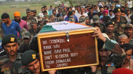 Indische Soldaten tragen einen Sarg mit dem Körper ihres Kollegen Ravi Paul, der bei einem Attentat auf einen indischen Armeeposten in Kaschmir sein Leben ließ, 19. September 2016.