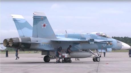 Die Bemalung eigener Kampfflugzeuge in russischen Tarnfarben seitens der US-Streitkräfte dürfte dazu dienen, realitätsnahe Manöverübungen durchzuführen. In der Netzgemeinde haben jüngst veröffentlichte Aufnahmen jedoch Argwohn hervorgerufen.