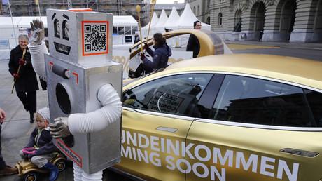 Verkleidet als Roboter demonstrieren Aktivisten in Bern für ein Bedingungsloses Grundeinkommen.