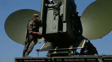 Radioelektrische Waffensysteme verfolgen primär den Zweck, durch geeignete Störmaßnahmen die technologischen Verbindungen zwischen feindlichen Gerätschaften funktionsuntauglich zu machen.