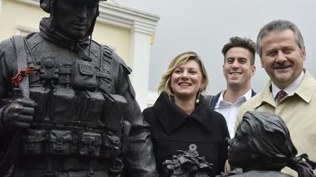 Abgeordnete der italienischen Regionalräte lassen sich mit dem Denkmal für