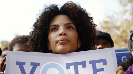 Eine Unterstützerin Barack Obamas wirbt für ihren Favoriten.