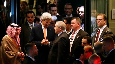 Außenminister John Kerry im Gespräch mit seinem saudischen Kollegen Adel al-Jubeir und Jordaniens Nasser Judeh nach den Syriengesprächen im Hotel Beau-Rivage Palace in Lausanne; 15. Oktober 2016.