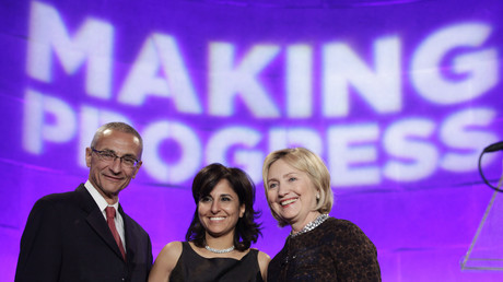 Wahlkampfmanager John Podesta mit Neera Tanden und Hillary Clinton