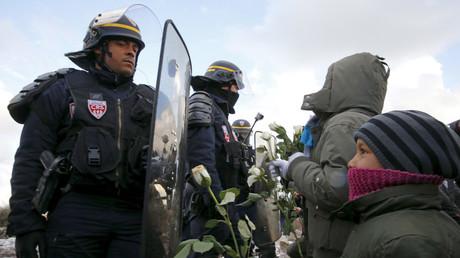 Junger Flüchtling steht einem französischen Polizisten gegenüber, Jungle in Calais, März 2016.