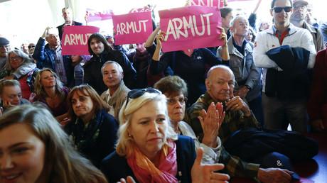 Proteste am Feiertag der Wiedervereinigung im Jahr 2015 in einem Zelt in Frankfurt, 3. Oktober 2015.