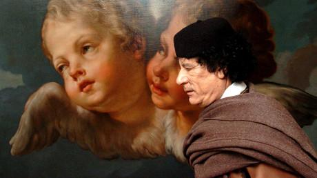 Der libysche Führer Muammar Gaddafi vor einem Bild mit Engeln im Eingang zur Europäischen Kommission in Brüssel, April 2004.
