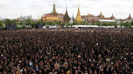 Bangkok: 150.000 Thailänder singen Trauerversion von Nationalhymne