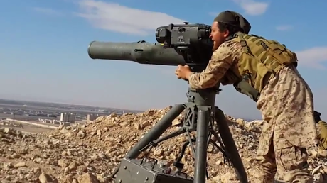 Ein Kämpfer des IS mit einer modernen amerikanischen Anti-Panzer-Rakete TOW in den Nähe von Palmyra im Kampf gegen syrische und russische Truppen, Juni 2015.