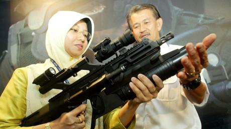 Die österreichische Firma Steyr auf einer Waffenbörse in Kuala Lumpur im April 2004. Damals unterzeichnete Steyr einen Vertrag mit Malaysia über die Produktion von Kleinwaffen.