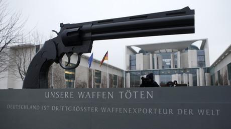 Eine Skulptur angelehnt an die Arbeiten des schwedischen Künslters Carl Frederik Reutersvaerd, vor dem Hintergrund des Bundeskanzleramts in Berlin, February 26, 2013.
