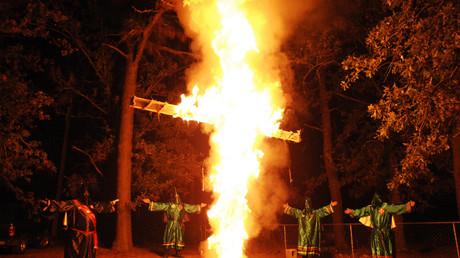 Mitglieder des Ku Klux Klan (KKK) bei einer Kreuzverbrennung in Warrenville, South Carolina, 23. Oktober 2010.