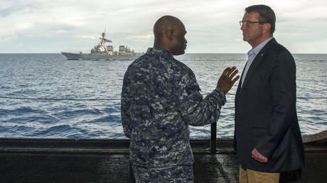 Inspektion vor Ort: Ashton Carter im Gespräch mit einem Navy-Angehörigen auf der USS Theodore Roosevelt im Südchinesischen Meer; November 2015. Im Hintergrund ist der US-Zerstörer USS Lassen zu sehen.