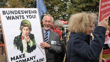 Teilnehmer der Demonstration für den Austritt der BRD aus der NATO in Berlin am 08. Oktober 2016 in Berlin.