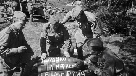 Archivbild: Sowjetische Soldaten schreiben auf Geschossen