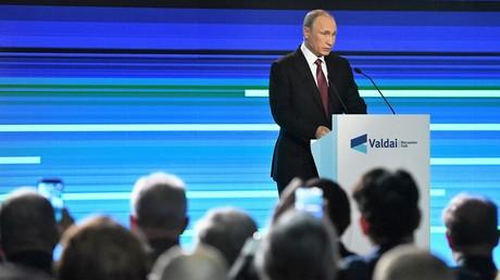 Russlands Präsident Wladimir Putin hält seine Rede während der Abschlusskonferenz des Internationalen Diskussionsklubs Waldai in Sotschi am 27. Oktober 2016.