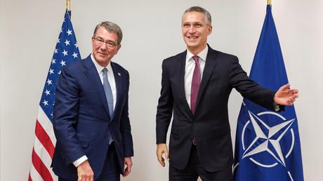 Der amerikanische Verteidugungsminister Ashton Carter mit NATO-Generalsekratär Jens Stoltenberg auf der NATO-Konferenz vergangene Woche, Brüssel, 26. Oktober 2016.