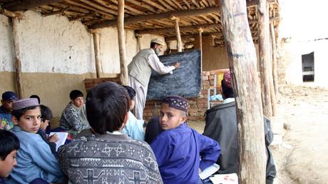 Unterricht für Jungen in einem afghanischen Flüchtlingslager bei Kachi Abad in der Nähe von Rawalpindi in Pakistan.