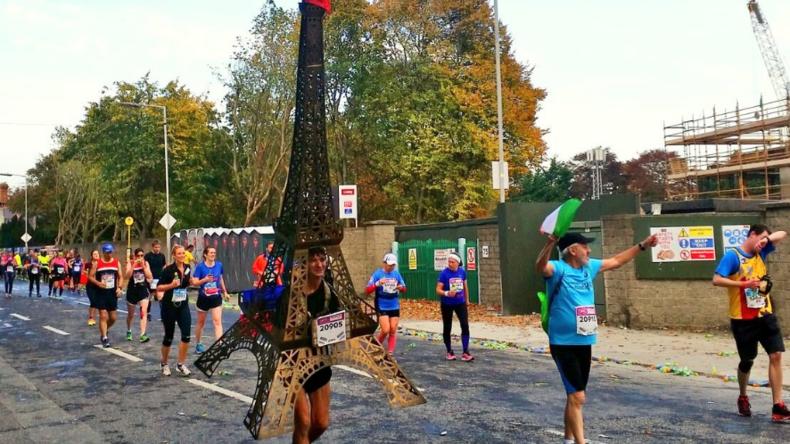 Dublin: 70-jähriger Marathonläufer lief 42 Kilometer im Eiffelturm-Anzug