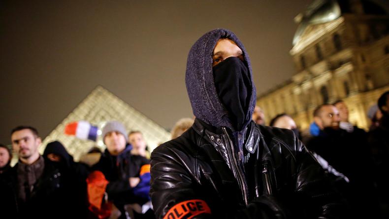Kunst des Protests: Hunderte Polizisten versammeln sich vor dem Louvre