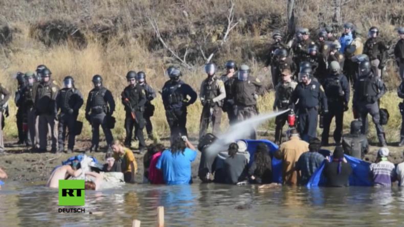 USA: Polizei geht mit Gummigeschossen und Tränengas gegen Pipeline-Gegner und Indigene vor