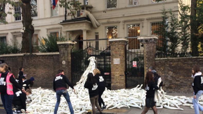 London: Erste Protestaktion vor russischer Botschaft nach Aufruf von Boris Johnson