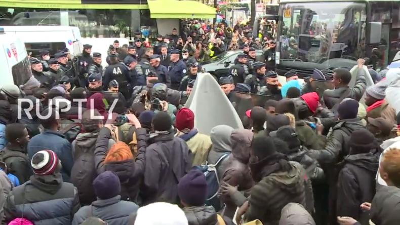 """Live: Chaos an Pariser Metro """"Stalingrad"""" und erneute Räumung des Flüchtlingscamps"""