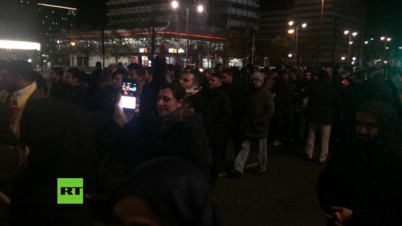 Berlin: Kurden protestieren auf dem Alexanderplatz gegen anti-kurdisches Vorgehen in der Türkei