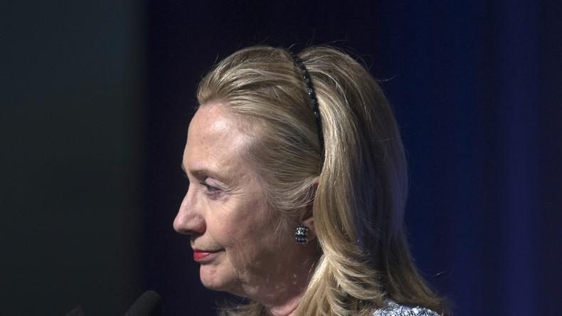 Clinton soll ihre Bedienstete regelmäßig gebeten haben, Geheimdokumente zu drucken