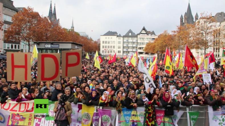 """Tausende Kurden protestieren in Köln gegen """"Erdogans Lynchjustiz"""""""