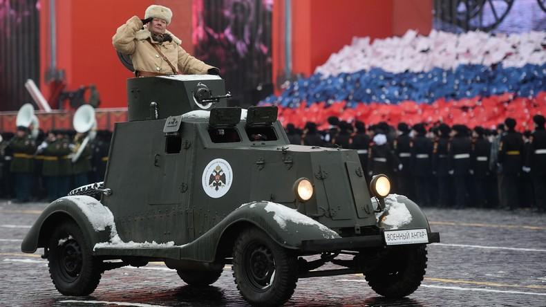 Reenactment der Militärparade vom 7. November 1941 auf dem Roten Platz