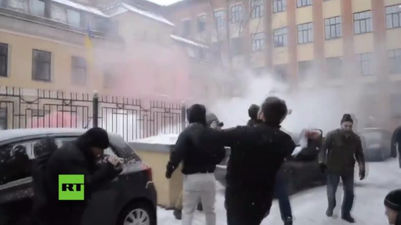 """Russische Oppositionsbewegung """"Anderes Russland"""" attackiert ukrainisches Konsulat mit Rauchbomben"""