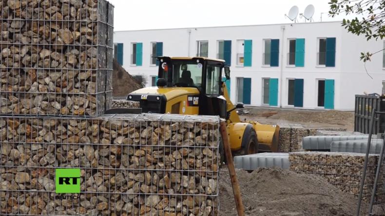 """Nach """"Bürgerprotest"""" errichten Behörden vier Meter hohe Mauer um Flüchtlingsunterkunft"""