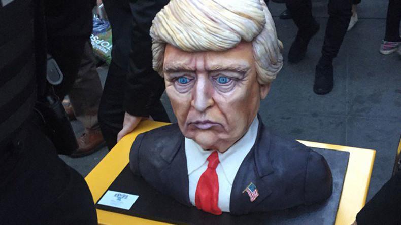 Just Business: Kostenpflichtige Bar und Trump-Kuchen bei Donald Trumps Wahlparty