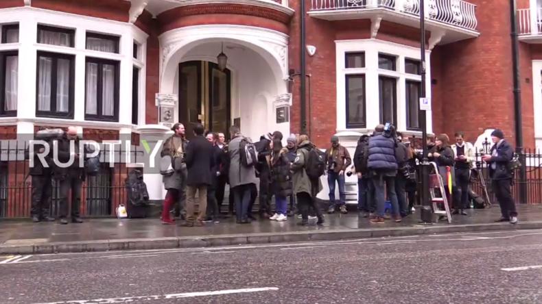 Live aus London: Julian Assange wird zu Vergewaltigungsvorwurf befragt – Wird Anklage erhoben?