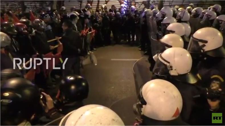 Athen: Proteste gegen Obama – Demonstranten stoßen mit Polizei zusammen [Video]