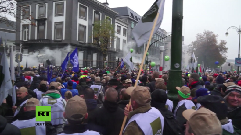 Brüssel: Armee gegen Polizei – Polizisten feuern Tränengas auf Soldaten bei Protest