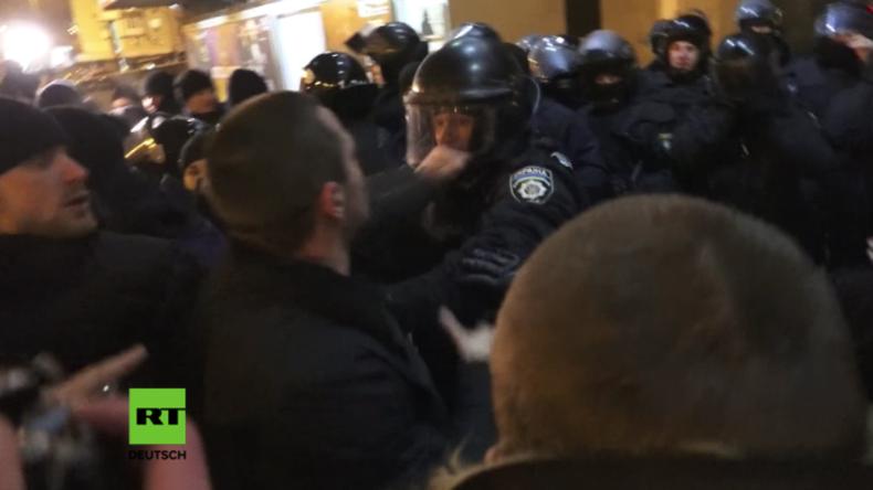 Kiew: Rechtsradikale versuchen Konzert russischer Musiker zu stürmen – Mindestens drei Festnahmen