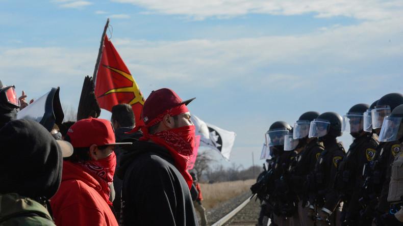 Demonstranten und Polizisten während einer Kundgebung in Standing Rock, North Dakota, USA, 15. November 2016.