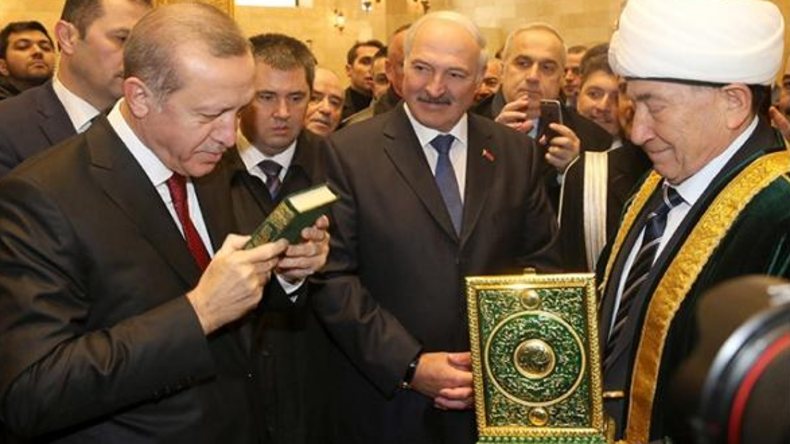 """""""Respekt vor allen Religionen"""": Aleksandr Lukaschenko küsst Koran"""