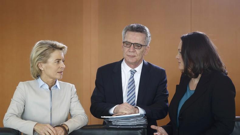 SPD-Arbeitsministerin Andrea Nahles (r.) mit zwei weiteren Vertretern des Merkelkabinetts, die sich definitiv keine Sorge um Altersarmut machen müssen...