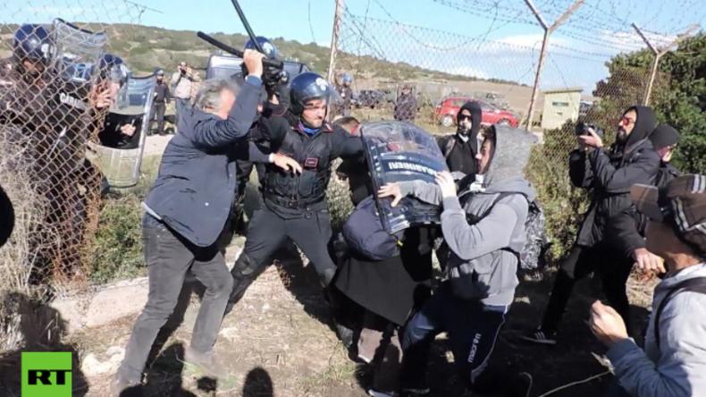 "Italien: ""Wir stoppen den Krieg - NATO raus!"" Hunderte Aktivisten versuchen Stützpunkt zu erstürmen"